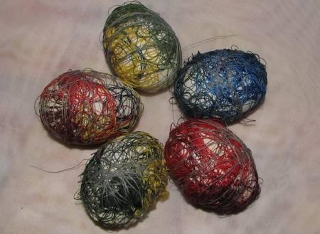 4. Чтобы закрепить нитки, можно использовать нитку (нейтрального цвета), резинку или завернуть яйцо в марлю или капрон.
