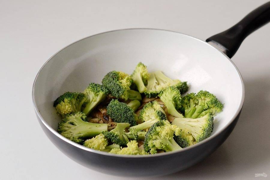 Брокколи разделите на соцветия и нарежьте на ломтики средней толщины. Обжарьте их на сковороде примерно 5 минут.
