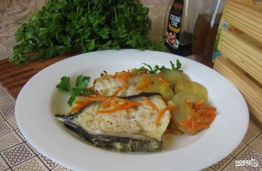 5.Готовую рыбу достаю из духовки и перекладываю на тарелку, добавляю молотый черный перец, украшаю свежей зеленью. Подаю блюдо горячим.