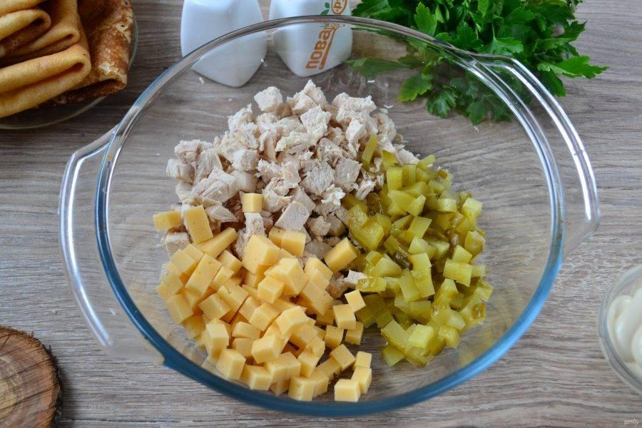Так же мелко порежьте соленый огурчик и твердый сыр.