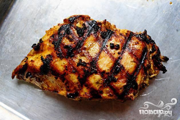 Обжариваем куриные грудки на гриле до готовности.