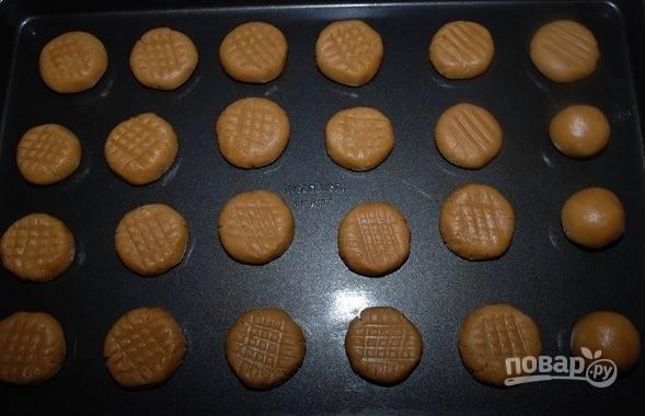 4. С охлажденного теста сформируйте печенье. Выпекайте его в течение 10 минут при 190 градусов.