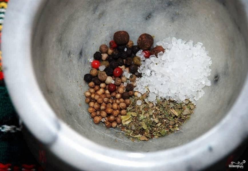 2. Размалываем в ступке специи, соль и перец.
