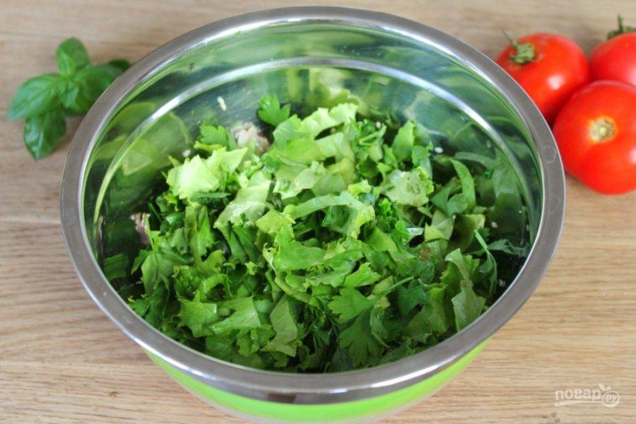 Зелень моем, просушиваем и нарезаем. У меня листья салата, базилик и петрушка.