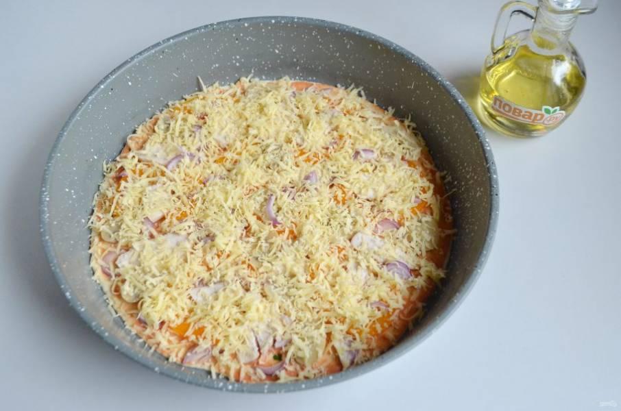 8. Сверху притрусите пиццу тертым сыром.