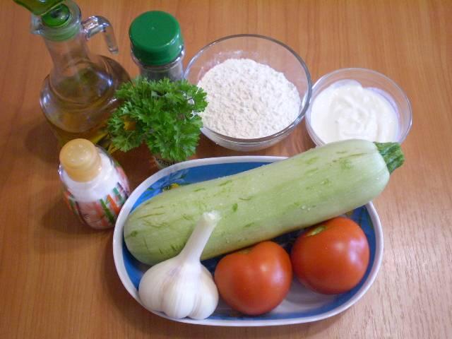 1. Приготовим продукты. Все овощи тщательно вымыть. Чеснок очистить.