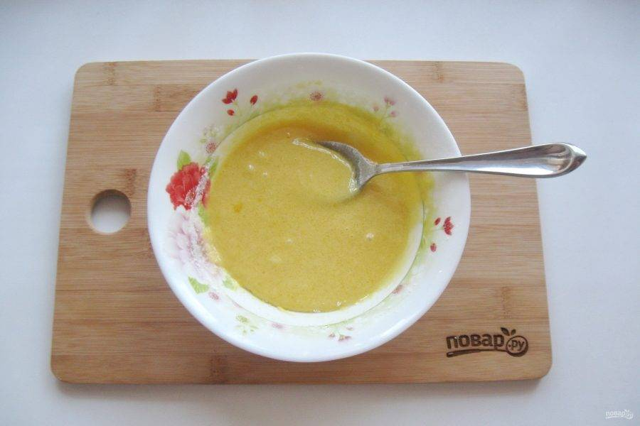 Пока профитроли в духовке, сварите крем. В миске смешайте желтки яиц, сахар и кукурузный крахмал. Добавьте 2-3 столовые ложки холодного молока, перемешайте.