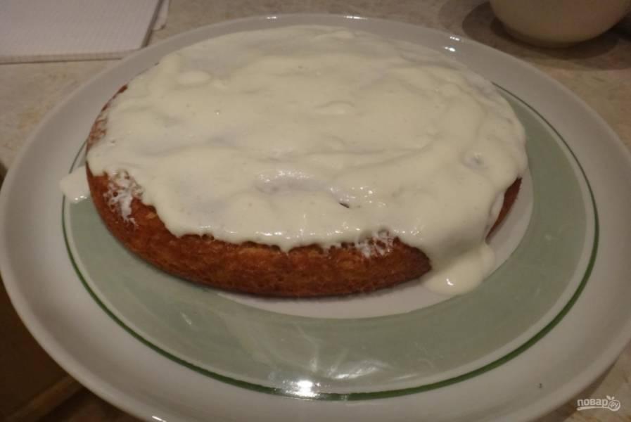 4.Условно разделяю крем на 3 части (для смазывания каждого бисквитного коржа). Как только первый корж пропекся, достаю его из духовки и понемногу промазываю (ещё горячий) кремом, чтобы тот впитывался.