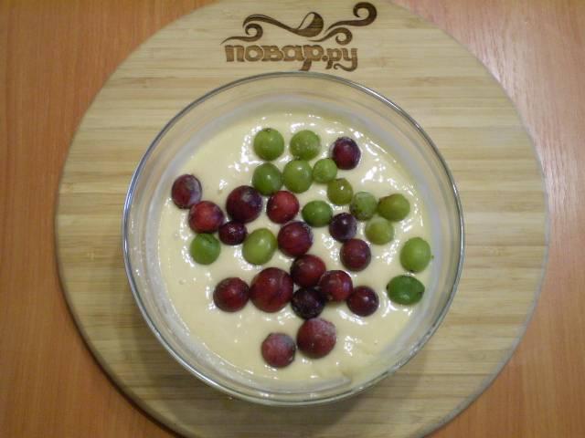 Добавьте подготовленные ягоды или фрукты, порезанные кусочками.