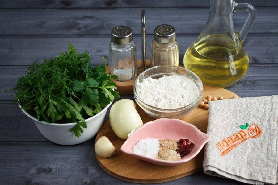 Подготовьте остальные ингредиенты. Овощи и зелень помойте. Лук и чеснок очистите.