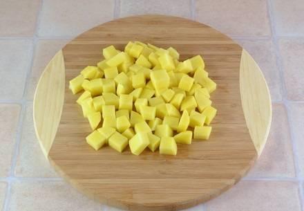 5. И, конечно же, основной ингредиент данного супчика - картофель. Его нужно вымыть, очистить и нарезать кубиками или брусочками.