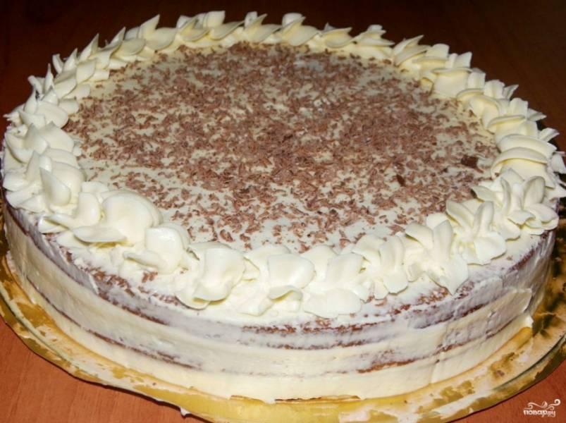 Промазываем кремом бока торта, чтобы они были не сухие. Для украшения верхушки торта я использовала кондитерский мешок, сделав аккуратную узорчатую каемку. Еще я решила потереть на терке кусочек шоколада и обсыпать верхушку. Торт готов. Просто мгновенный десерт! К детскому утреннику план выполнен!