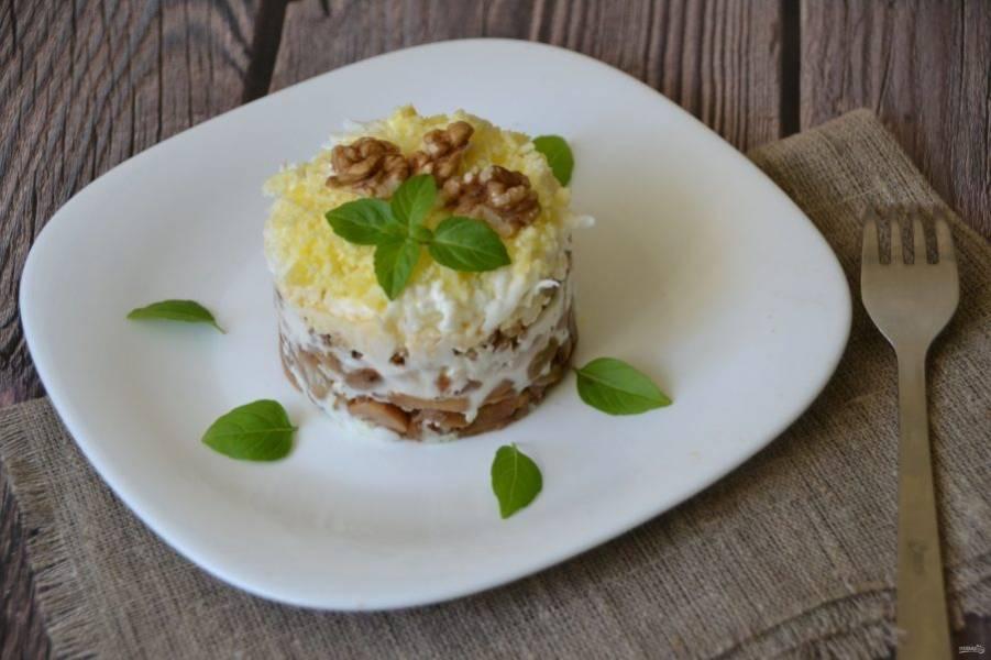 Еще один вариант украшения салата - ядром грецкого ореха и молодыми листочками базилика. Салат получается красивым, вкусным и очень сытным, такой салат с легкостью заменит полноценный обед.