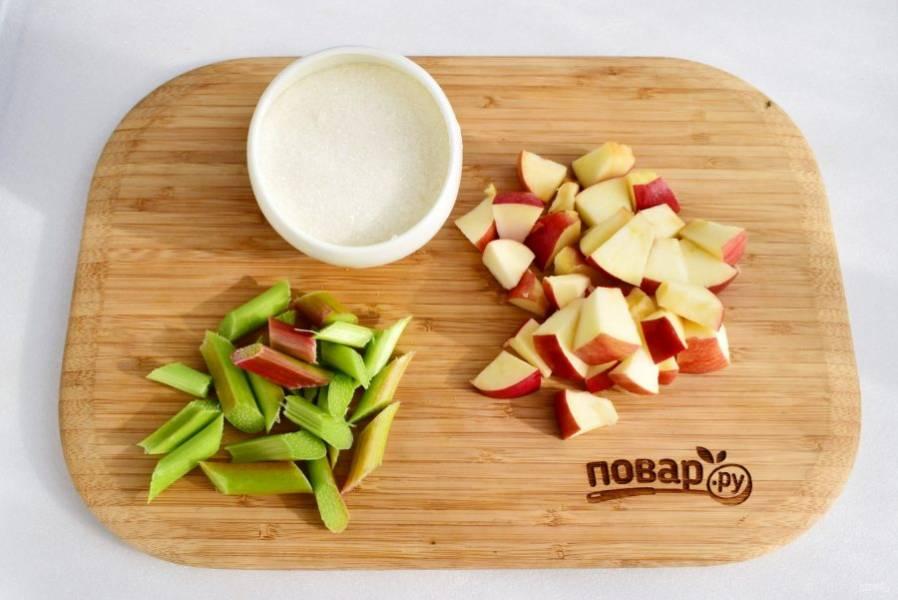 Ревень нарежьте небольшими кусочками по 2-3 см. Яблоки разрежьте на ломтики, удалите сердцевину и семена.