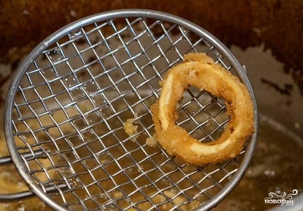 6. Жарятся кальмары в кляре на сковороде в домашних условиях довольно быстро. Как только появилась аппетитная румяная корочка, аккуратно снимите шумовкой.