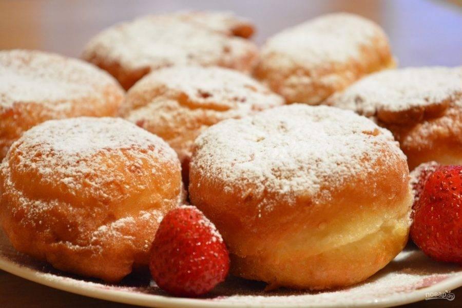 7.Выкладываем пончики на тарелку, украшаем ягодами, посыпаем сахарной пудрой.