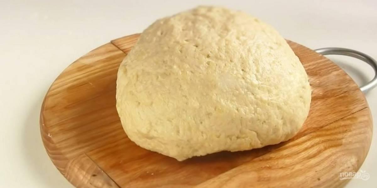 2.  Добавьте соль, картофельное пюре и перемешайте лопаткой до однородности. Добавьте просеянную муку и замесите мягкое тесто на смазанной растительным маслом доске.