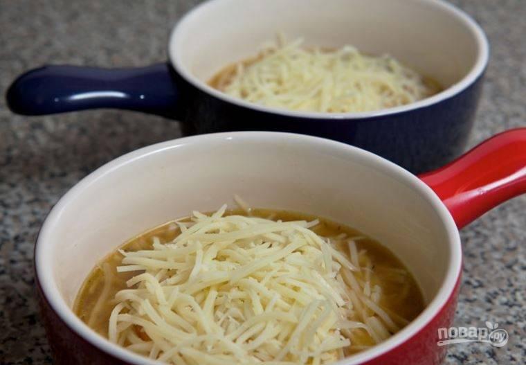 5. Суп налейте в керамические тарелки, сверху положите ломтик обжаренного хлеба и присыпьте тертым сыром. Суп отправьте в разогретую духовку на несколько минут, чтобы растворился и зарумянился сыр.