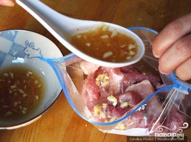 Положить отбивные в герметичный пакет и залить соусом-маринадом. Закрыть пакет и оставить мариноваться примерно на 1 час. Обжарить свинину в сковороде с маслом до поджаристой корочки. Выложить мясо на блюдо вместе с отварным рисом и простым салатом из лука, огурцов и помидоров. Приятного Вам аппетита!