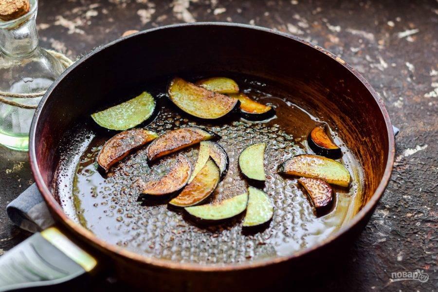 Прогрейте сковороду, влейте растительное масло. Жарьте баклажаны с обеих сторон до румяной корочки, после посыпьте их сухим чесноком.
