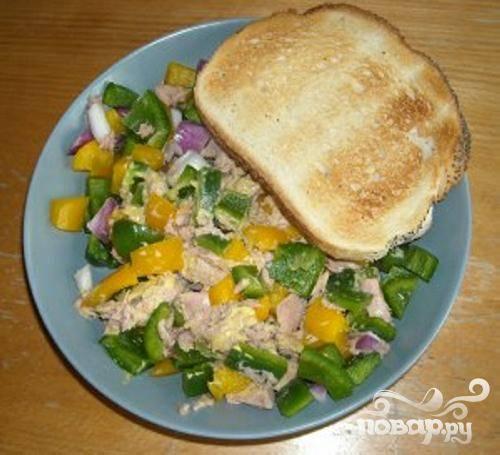 5. Подавать салат стоит сразу же, лучше всего он сочетается с пресным хлебом.