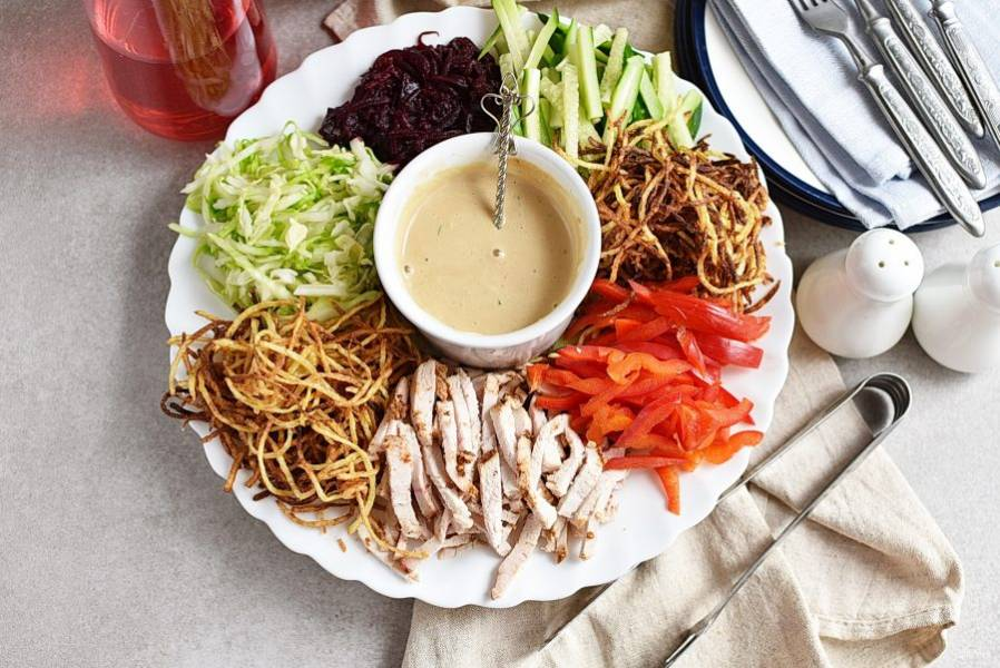 Салат сразу же подавайте к столу. Удобно раскладывать такой салат по тарелкам с  помощью щипцов.