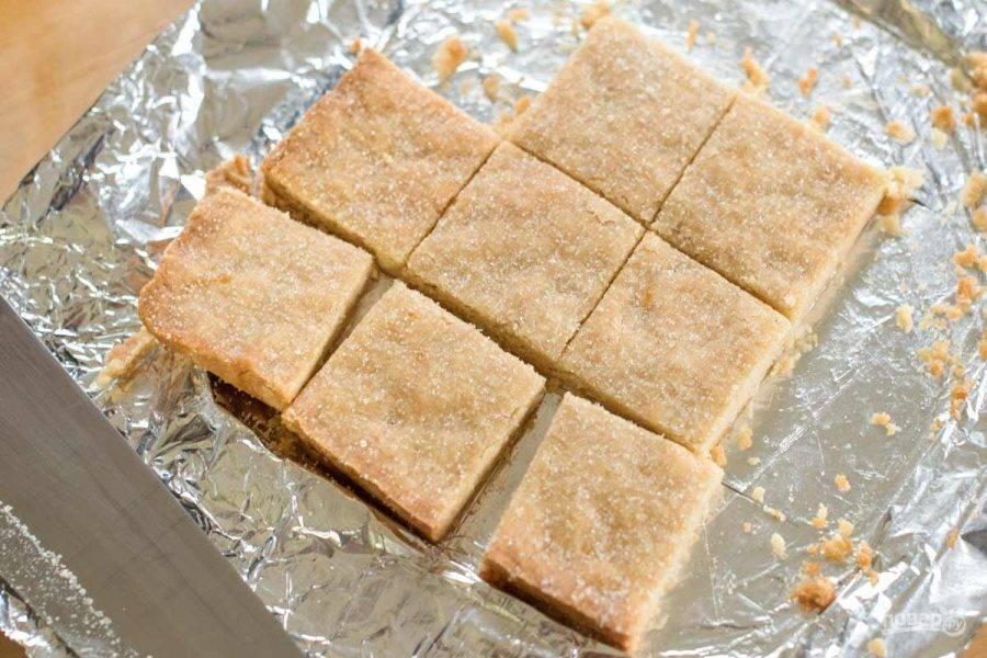 3.Достаньте тесто и раскатайте его в пласт около 1 см в толщину, затем отправьте в разогретый до 150 градусов духовой шкаф на 40 минут, за 10 минут до окончания выпечки посыпьте печенье сахаром. Достаньте пласт и разрежьте его на кусочки.