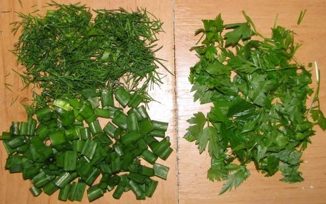 Через 5 минут добавляем в бульон порезанные зеленый лук и петрушку.