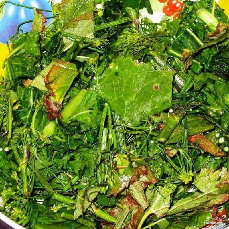 Хорошо промываем так называемый веник для засолки - всевозможную зелень (листья хрена, укроп с семенами, фенхель и многое другое), традиционно используемую в разного рода солениях. Ножом разрезаем наш веник на кусочки длиной со спичечный коробок.