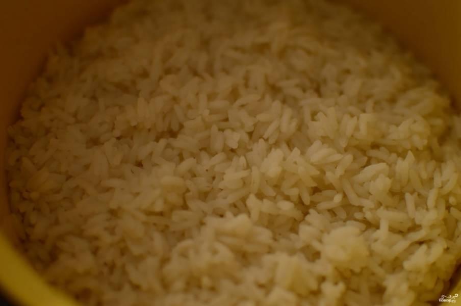 Отварите рис, можно сделать это заранее. Откиньте его на дуршлаг, пускай вода стечет.