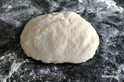 Растворить в теплой воде дрожжи и сахар. Из муки сделать горку, влить растопленное масло, яичный белок и дрожжи. Вымесить упругое тесто. Оставьте его затем в теплом месте на полчасика-часик. Накройте при этом тряпочкой или полотенцем.