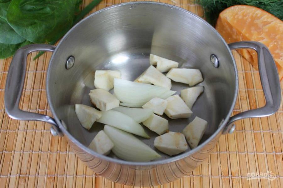 Корень сельдерея и репчатый лук чистим, режем  крупно и кладем в кастрюлю.