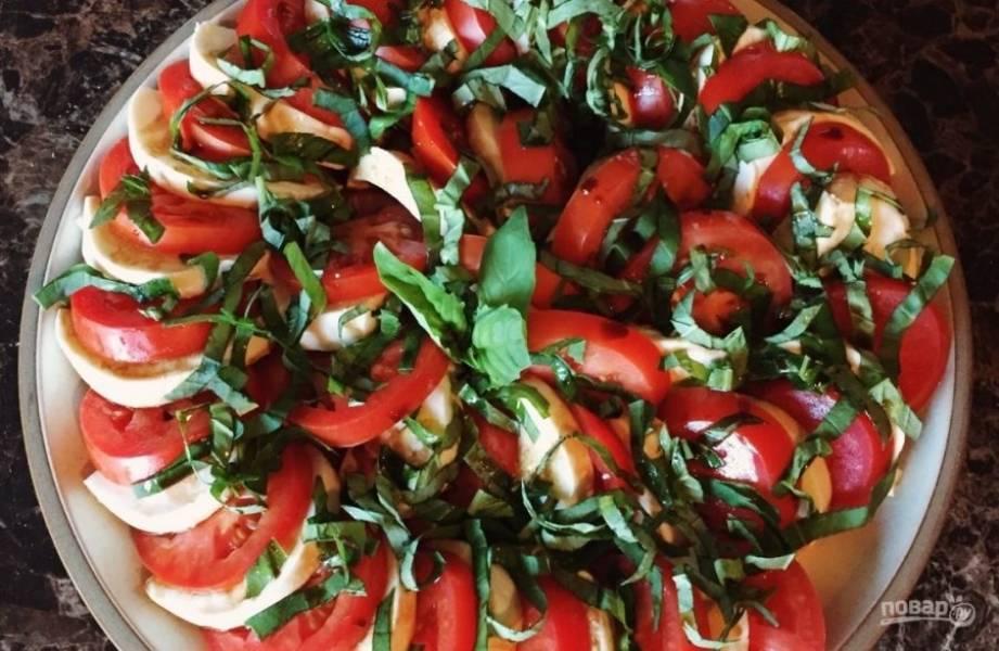 4.Посыпьте тарелку с сыром и томатами базиликом, а сверху полейте оливковым маслом и бальзамическим уксусом. Подавайте к столу и наслаждайтесь вкусом.
