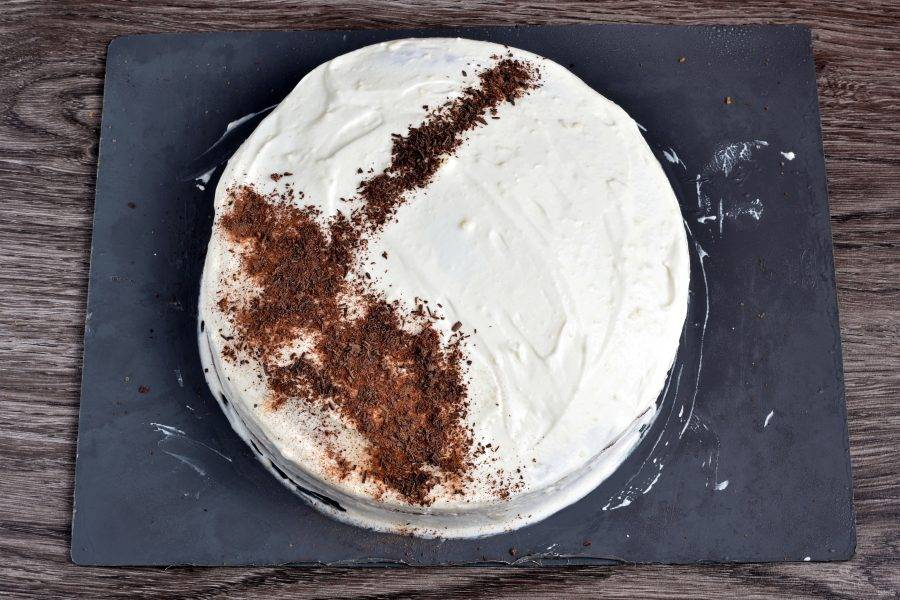 Залейте торт сверху остатками взбитой сметаны и  украсьте по вкусу. Уберите в холодильник минимум на час.