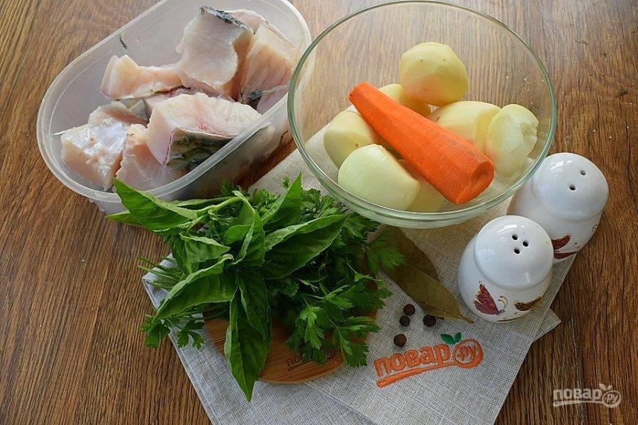 Подготовьте необходимые продукты. Филе рыбы промойте, нарежьте порционными кусками. Овощи помойте, очистите. Зелень помойте.