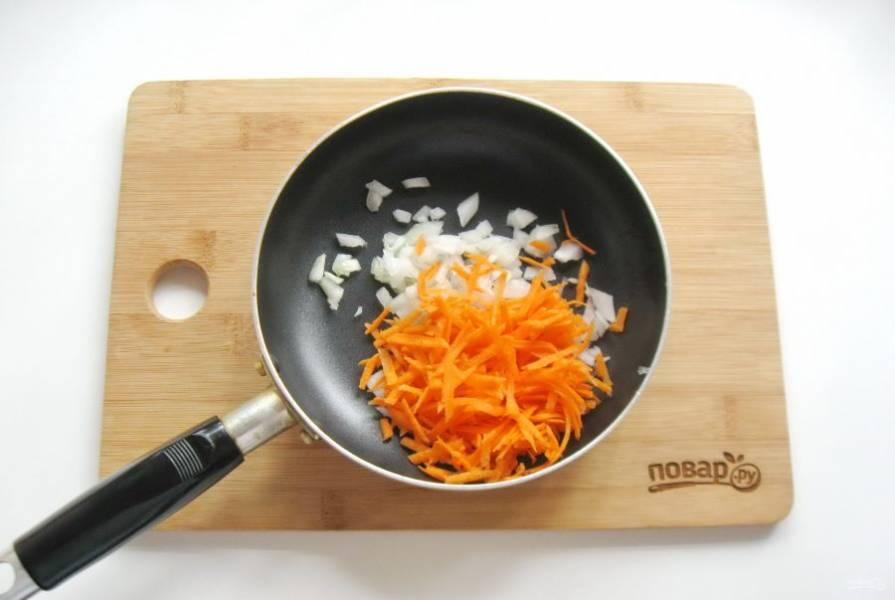 Морковь очистите, помойте и натрите на терке. Добавьте к луку в сковороду.