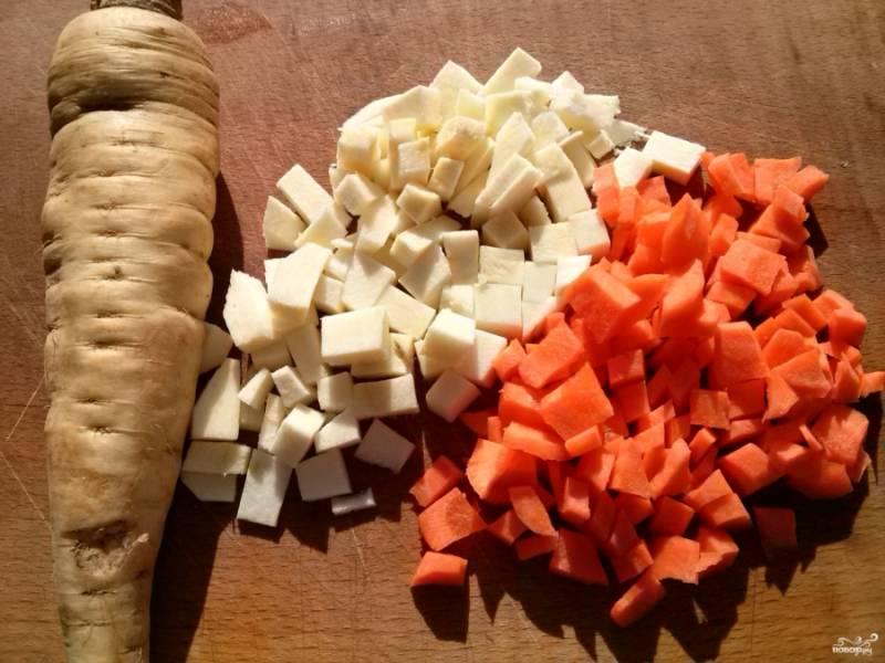 Предварительно отварить куриную грудку с кореньями (морковь, петрушка) до готовности и измельчите.