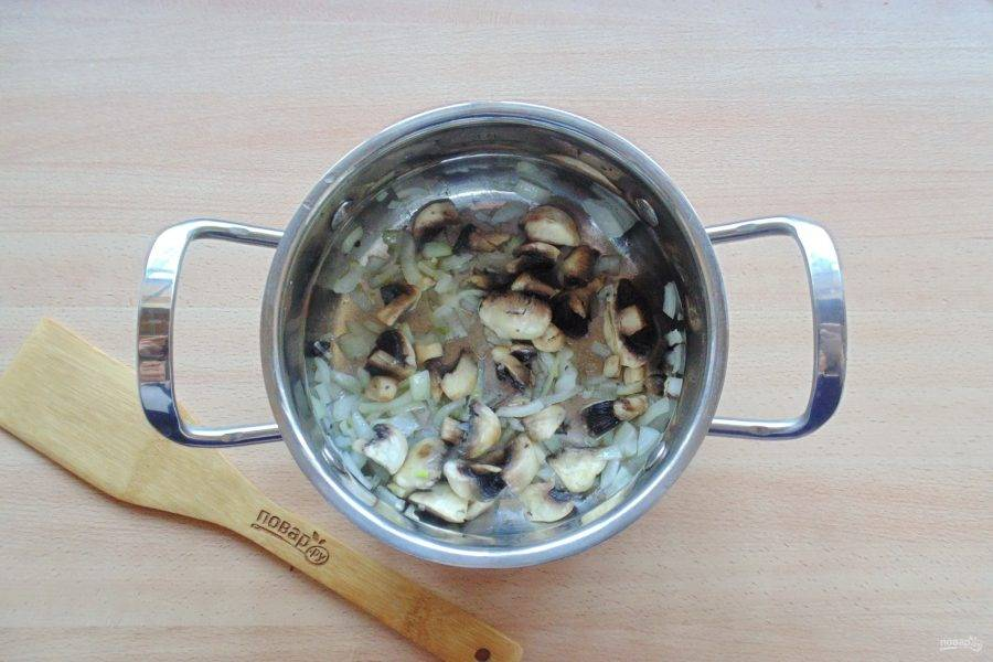 Налейте растительное масло и слегка поджарьте грибы с луком до прозрачности последнего.