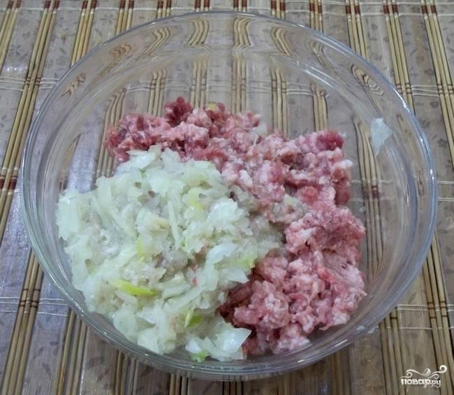 Мясо измельчите в фарш с помощью мясорубки или того же комбайна. Лук можете вместе с мясом пропустить или мелко порезать и просто добавить в фарш.