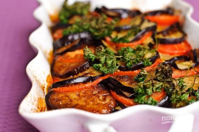 14. Примерно через 40 минут говядина с баклажанами и помидорами в духовке будет готова. Перед подачей можно дополнить блюдо свежей зеленью.