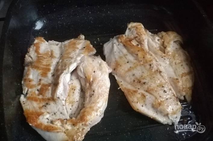 Обжарьте грудку на растительном масле по 5 минут с каждой стороны.