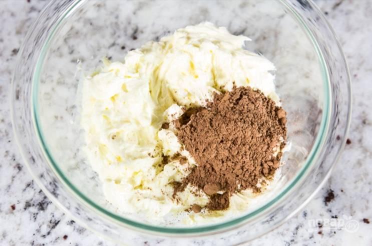 19.От общей массы крема отделите примерно 1 стакан крема и смешайте его с какао.