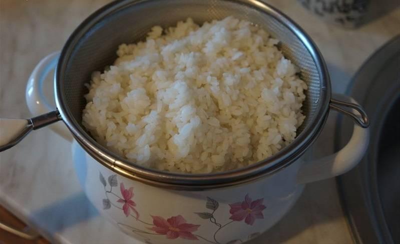 Отварите рис.