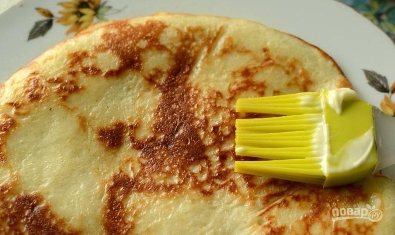 6.Блины перекладываю на тарелку, смазываю каждый растопленным сливочным маслом.