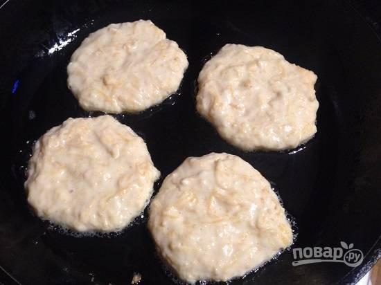 Разогреваем сковороду с небольшим количеством растительного масла и столовой ложкой выкладываем тесто, формируя оладьи. Жарим на среднем огне. Я жарила на отметке 5, а всего их на переключателе 9.