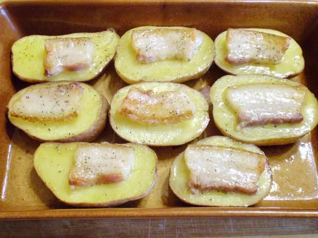 7. Готовый картофель с салом достаем из духовки. С помощью зубочисток пронизываем сало и устанавливаем парус. Готово! Украшаем зеленью.