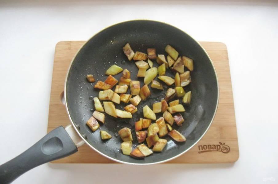 Обжарьте баклажаны до золотистой корочки.