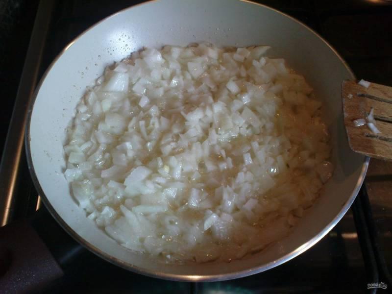 Лук почистите и мелко нарубите. Затем обжарьте его в сливочном масле до мягкости, помешивая.