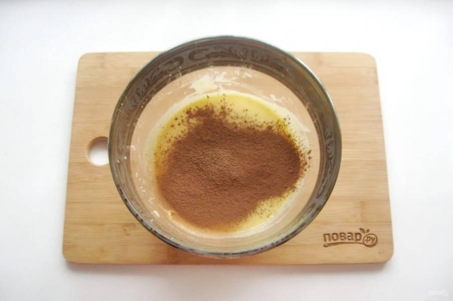 Добавьте какао-порошок, который просейте в миску через сито.