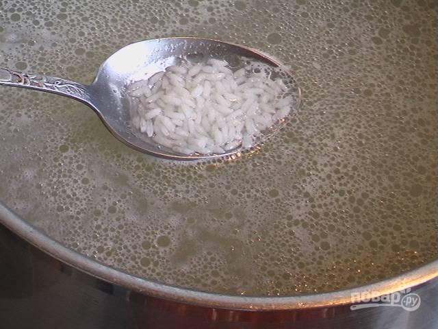 Ставим варить курицу и замачиваем рис. Когда курица будет готова, достаем ее из бульона и отправляем в кастрюлю рис.